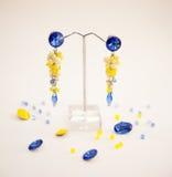 Ζευγάρι των όμορφων ασημένιων σκουλαρικιών με τους πολύτιμους λίθους στο φυσικό υπόβαθρο Στοκ φωτογραφία με δικαίωμα ελεύθερης χρήσης