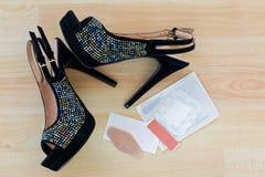 Ζευγάρι των όμορφων μαύρων παπουτσιών τακουνιών βελούδου υψηλών για τις κυρίες με το δ Στοκ Φωτογραφία