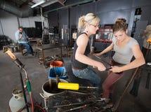 Ζευγάρι Artisans που λειτουργεί με τα εργαλεία Στοκ Εικόνες