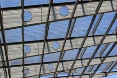 Ζευκτόντα μετάλλων που κρατούν τη διαφανή πλαστική στέγη Στοκ φωτογραφία με δικαίωμα ελεύθερης χρήσης
