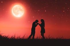Ζεύγη αγάπης κάτω από το σεληνόφωτο ελεύθερη απεικόνιση δικαιώματος