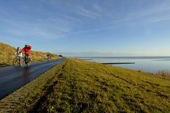 Ζεύγη που ανακυκλώνουν στο νησί Vlieland, οι Κάτω Χώρες στοκ φωτογραφία με δικαίωμα ελεύθερης χρήσης