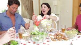 Ζεύγη που κάθονται γύρω από να δειπνήσει τον πίνακα απόθεμα βίντεο