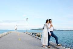 Ζεύγη που παρουσιάζουν αγάπη και ευτυχής να ταξιδεψει οπουδήποτε Στοκ φωτογραφία με δικαίωμα ελεύθερης χρήσης
