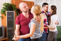 Ζεύγη που χαμογελούν και που κινούνται στον αργό χορό Στοκ φωτογραφία με δικαίωμα ελεύθερης χρήσης