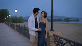 Ζεύγος, άνδρας και γυναίκα της Νίκαιας στην οδό το βράδυ για να ξοδεψει το ρομαντικό χρόνο απόθεμα βίντεο