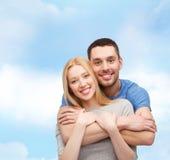 ζεύγος έννοιας που αγκαλιάζει το χαμόγελο αγάπης Στοκ Εικόνες