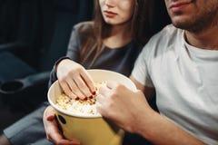 Ζεύγος αγάπης με popcorn τον κινηματογράφο προσοχής στον κινηματογράφο Στοκ Εικόνες