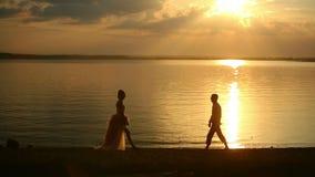 Ζεύγος αγάπης στο ηλιοβασίλεμα απόθεμα βίντεο