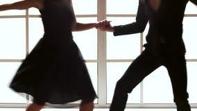 Ζεύγος αιθουσών χορού που χορεύει στο σύγχρονο στούντιο απόθεμα βίντεο
