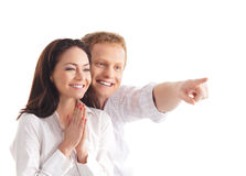 ζεύγος ανασκόπησης ευτυχές πέρα από τις λευκές νεολαίες Στοκ Εικόνα