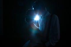Ζεύγος αναδρομικά φωτισμένο με ένα μπλε φως Στοκ Φωτογραφίες