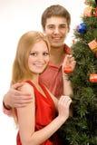 Ζεύγος από το χριστουγεννιάτικο δέντρο στοκ φωτογραφία με δικαίωμα ελεύθερης χρήσης