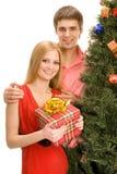 Ζεύγος από το χριστουγεννιάτικο δέντρο στοκ εικόνα με δικαίωμα ελεύθερης χρήσης