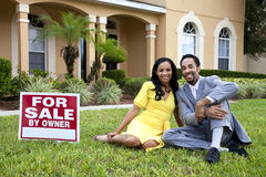 Ζεύγος αφροαμερικάνων από το σπίτι για το σημάδι πώλησης Στοκ Εικόνες