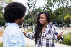 Ζεύγος αφροαμερικάνων με τις δυσκολίες σχέσης στοκ εικόνες