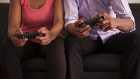 Ζεύγος αφροαμερικάνων που παίζει τα τηλεοπτικά παιχνίδια απόθεμα βίντεο