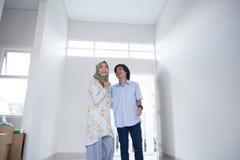 Ζεύγος δύο που επιλέγει το καινούργιο σπίτι Στοκ Εικόνες