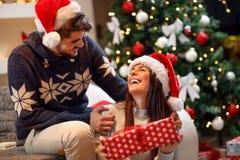 Ζεύγος ερωτευμένο έχοντας τη διασκέδαση και περνώντας τα Χριστούγεννα από κοινού στοκ εικόνες