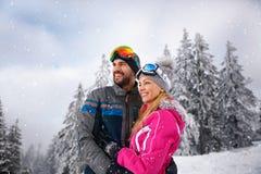 Ζεύγος ερωτευμένο να κάνει σκι Στοκ φωτογραφίες με δικαίωμα ελεύθερης χρήσης