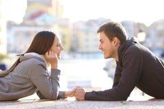Ζεύγος ερωτευμένο να φανεί εφήβων μεταξύ τους στοκ εικόνες με δικαίωμα ελεύθερης χρήσης