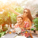Ζεύγος ερωτευμένο οδηγώντας μια μοτοσικλέτα στοκ εικόνες