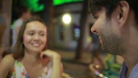 Ζεύγος ερωτευμένο σε έναν υπαίθριο καφέ Άνδρας και όμορφη γυναίκα κατά μια ημερομηνία απόθεμα βίντεο