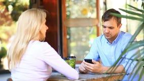 Ζεύγος ερωτευμένο σε έναν υπαίθριο καφέ Άνδρας και όμορφη γυναίκα κατά μια ημερομηνία φιλμ μικρού μήκους