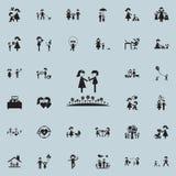 ζεύγος ερωτευμένο σε ένα lawnicon Καθολικό οικογενειακών εικονιδίων που τίθεται για τον Ιστό και κινητό ελεύθερη απεικόνιση δικαιώματος