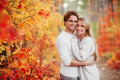 Ζεύγος ερωτευμένο στα φύλλα φθινοπώρου στοκ φωτογραφίες με δικαίωμα ελεύθερης χρήσης