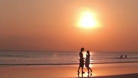 Ζεύγος ερωτευμένο στο ηλιοβασίλεμα παραλιών απόθεμα βίντεο