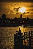 Ζεύγος ερωτευμένο στο ηλιοβασίλεμα Στοκ φωτογραφίες με δικαίωμα ελεύθερης χρήσης