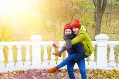 Ζεύγος ερωτευμένο στο πάρκο το φθινόπωρο Στοκ φωτογραφία με δικαίωμα ελεύθερης χρήσης