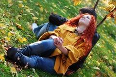 Ζεύγος ερωτευμένο στο πάρκο φθινοπώρου Στοκ Εικόνα