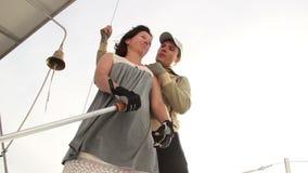 Ζεύγος ερωτευμένο sailboat, θερινές διακοπές, μήνας του μέλιτος, κρουαζιέρα απόθεμα βίντεο
