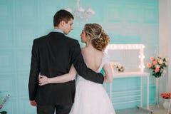 ζεύγος ευτυχές Βλαστός γαμήλιων φωτογραφιών στο άσπρο στούντιο με τα φιλιά γαμήλιων ντεκόρ, αγκαλιάσματα Στοκ Εικόνες