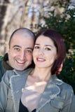 ζεύγος ευτυχές η αγκαλιάζοντας σύζυγος συζύγων του Στοκ Εικόνες