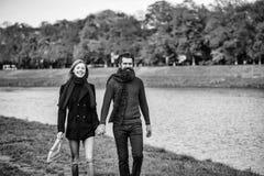 ζεύγος ευτυχές Ζεύγος νεολαίες πάρκων ζευγών φ&th Στοκ φωτογραφία με δικαίωμα ελεύθερης χρήσης
