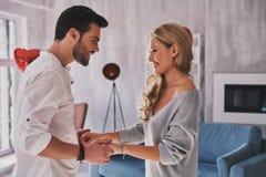 ζεύγος ευτυχές Όμορφα νέα χέρια εκμετάλλευσης ζευγών και να φανεί α Στοκ Φωτογραφίες