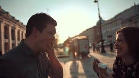Ζεύγος ευτυχίας με το παγωτό κάτω από το φως του ήλιου απόθεμα βίντεο