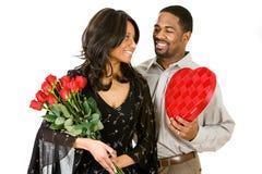 Ζεύγος: Η γυναίκα παίρνει τα ρομαντικά δώρα Στοκ Εικόνες