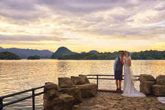 Ζεύγος ηλιοβασιλέματος και γάμου λιμνών Στοκ Εικόνες