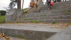 Ζεύγος κάτω από τα σκαλοπάτια στο πάρκο Ερωτευμένα κάτω σκαλοπάτια ζεύγους φιαγμένα από χέρια εκμετάλλευσης πετρών Νέο όμορφο ζεύ στοκ φωτογραφίες με δικαίωμα ελεύθερης χρήσης