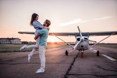 Ζεύγος και αεροσκάφη Στοκ εικόνα με δικαίωμα ελεύθερης χρήσης