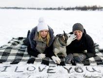 Ζεύγος και σιβηρικά huskies Στοκ εικόνα με δικαίωμα ελεύθερης χρήσης