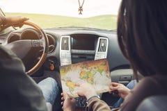 Ζεύγος και χάρτης στο αυτοκίνητο Στοκ εικόνα με δικαίωμα ελεύθερης χρήσης