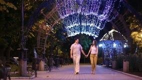 Ζεύγος κατά μια ημερομηνία που περπατά στην πόλη βραδιού απόθεμα βίντεο