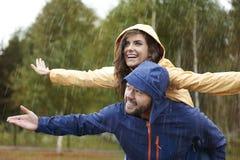 Ζεύγος κατά τη διάρκεια της βροχερής ημέρας Στοκ φωτογραφία με δικαίωμα ελεύθερης χρήσης