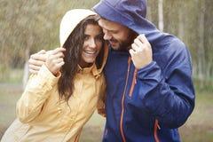 Ζεύγος κατά τη διάρκεια της βροχερής ημέρας Στοκ φωτογραφίες με δικαίωμα ελεύθερης χρήσης