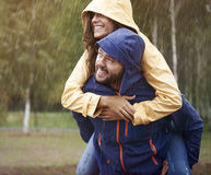 Ζεύγος κατά τη διάρκεια της βροχερής ημέρας Στοκ Εικόνες